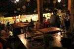oświetlona restauracja nocą